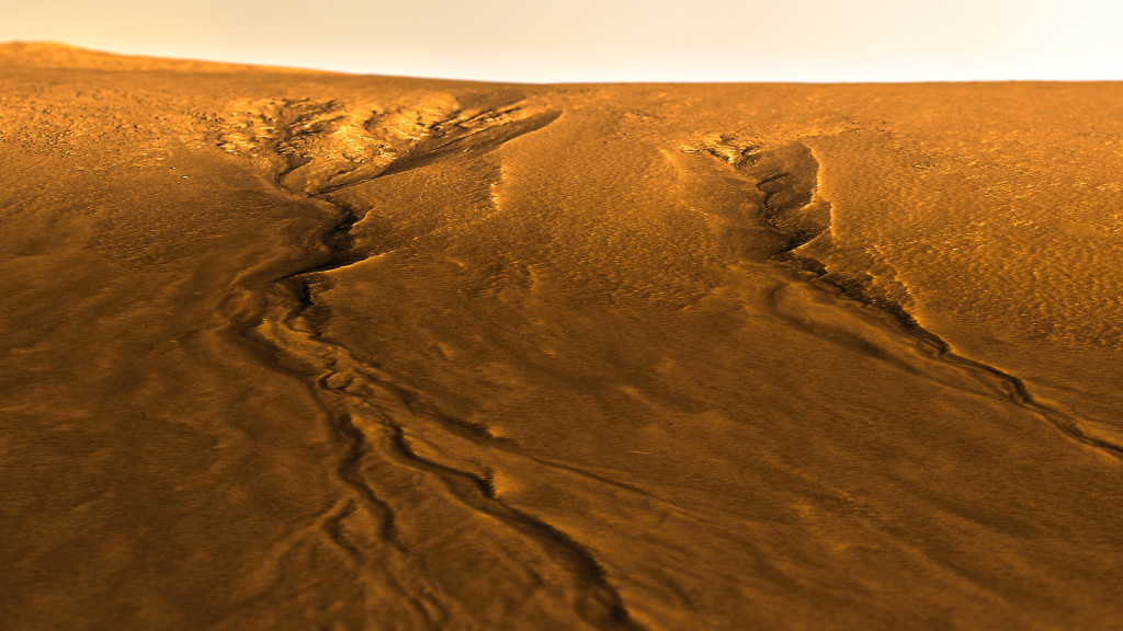Gullies_on_Central_Uplift_of_Lyot_Crater